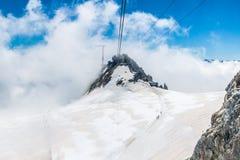 Le Pointe Helbronner, sur la gamme de montagne de Mt Blanc, a regardé le franc Photos stock