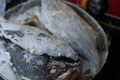 Le poisson est préparé pour faire frire photo libre de droits