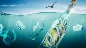 Le poisson voyage dans une bouteille au-dessus de la mer Image stock