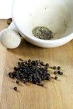 Le poivre noir rectifié dans un mortier photos libres de droits