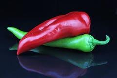 Le poivre rouge de paprika sur le miroir noir d'isolement a reflété le fond réfléchissant Photographie stock