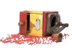 Le poivron rouge avec le vieux moulin de poivre Photo stock