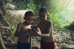 Le pojkar med smartphonen Royaltyfri Bild