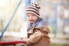 Le pojken i randig hatt royaltyfri bild