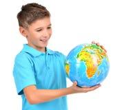 Le pojken i tillfälligt hållande jordklot i händer Arkivbilder