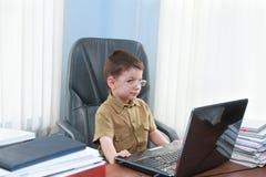 Le pojken med bärbara datorn Royaltyfri Foto