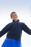 Le pojken mot blå himmel Fotografering för Bildbyråer