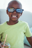 Le pojken som bär exponeringsglas 3d för en film Royaltyfria Foton