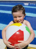 Le pojken som spelar med bollen på simbassängen Arkivfoto