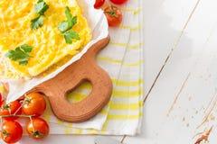 Le Polenta a servi sur le conseil en bois avec des tomates-cerises Photos libres de droits