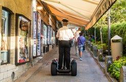 Le policier a abaissé la rue au segway photographie stock libre de droits