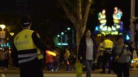 Le policier asiatique de mouvement lent, règle des piétons de mouvement à travers clips vidéos