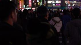 Le policier de mouvement lent, règle le bâton utilisé par piétons de lumière clignotante banque de vidéos