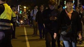 Le policier de mouvement lent règle le bâton utilisé par voitures de lumière clignotante de mouvement clips vidéos