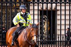 Le policier est en service au changement de la garde au Buckingham Palace image libre de droits