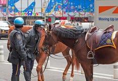 Le policier gronde son cheval de conduite. Photo libre de droits