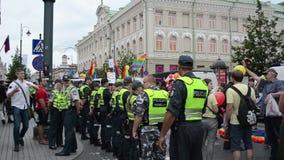 Le policier protègent l'homosexuel banque de vidéos
