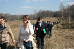 Le politicien Evgeniya Chirikova mène les défenseurs de la forêt de Khimki à l'endroit du déboisement Images libres de droits