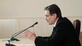Le politicien répond aux questions à une conférence de presse, vue de côté banque de vidéos