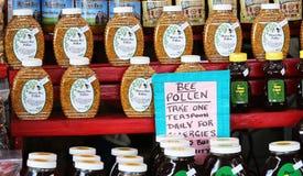 Le pollen et le miel d'abeille se sont vendus au marché d'agriculteurs Images stock