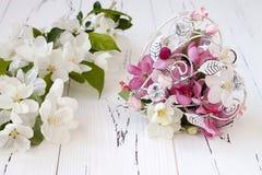 Le pommier de ressort fleurit et le coeur de cage de vintage sur le vieux fond en bois blanc Concept de mariage ou de valentine Photos libres de droits