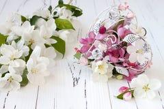 Le pommier de ressort fleurit et le coeur de cage de vintage sur le vieux fond en bois blanc Concept de mariage ou de valentine Image stock