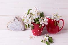 Le pommier fleurit et coeur sur le fond en bois blanc Photo stock