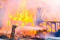 Le pompier s'éteint un feu photographie stock