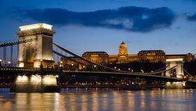 Vue du pont à chaînes de Budapest la nuit. Images libres de droits