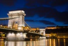 Vue du pont à chaînes de Budapest la nuit. Photographie stock
