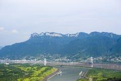 Le pont à travers le fleuve Yangtze sur le Three Gorges du ` de la Chine s le fleuve Yangtze à Yichang photo libre de droits