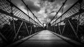 Le pont accrochant sur le chemin à Coorg photographie stock libre de droits