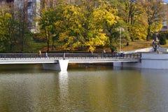Le pont au-dessus de l'étang inférieur à Kaliningrad images libres de droits