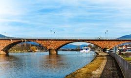 Le pont au-dessus de la canalisation de rivière dans Miltenberg historique Images libres de droits