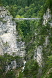 Le pont au-dessus de la cascade Images stock