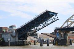 Le pont au-dessus de la rivière Noord chez Alblasserdam s'ouvre aux Pays-Bas images libres de droits