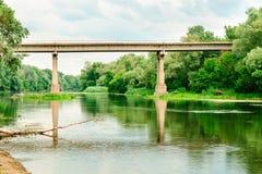 Le pont au-dessus de la rivière Seversky Donets Photographie stock libre de droits