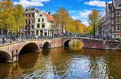 Le pont au-dessus du canal à Amsterdam Pays-Bas loge la rivière Amstel image libre de droits