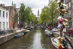 Le pont avec amour padlocks sur le canal typique à Amsterdam Photographie stock
