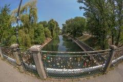 Le pont avec des amants ferme à clef dans Timisoara, Roumanie Photographie stock