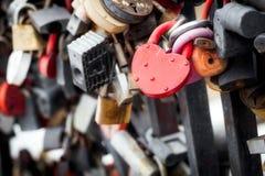 Le pont avec un métal ferme à clef Photographie stock libre de droits