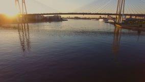 Le pont câble-resté au coucher du soleil banque de vidéos