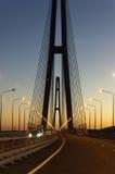Le pont câble-resté grand sur le coucher du soleil Image libre de droits