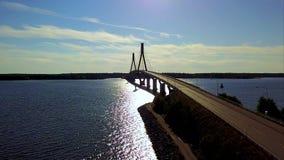 Le pont câble-resté reliant les îles de l'archipel dans les rayons reflétés du soleil banque de vidéos