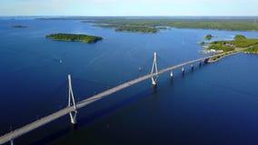 Le pont câble-resté reliant les îles de l'archipel par un jour glorieux banque de vidéos