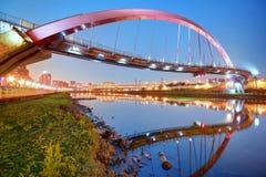 Le pont célèbre en arc-en-ciel au-dessus de la rivière de Keelung avec des réflexions sur l'eau lisse au crépuscule à Taïpeh, Taï Images libres de droits