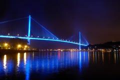 Le pont chay de Bai dans la baie Vietnam de halong s'est allumé avec l'éclairage bleu se reflétant outre de l'eau Image stock
