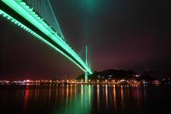 Le pont chay de Bai dans la baie Vietnam de halong s'est allumé avec l'éclairage vert clair Image libre de droits