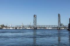 Le pont commémoratif au-dessus de la rivière de Piscataqua, à Portsmouth, W images libres de droits
