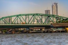 Le pont commémoratif, connu sous le nom de pont de Phra Phuttayotfa, un pont en bascule au-dessus de Chao Phraya River à Bangkok, images libres de droits